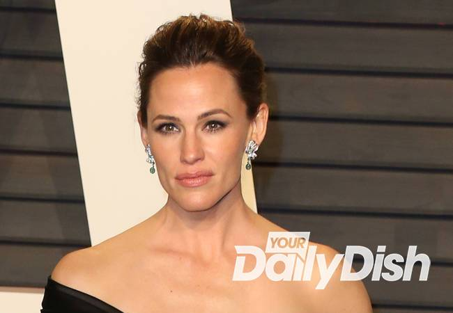 Jennifer Garner crashes school dance