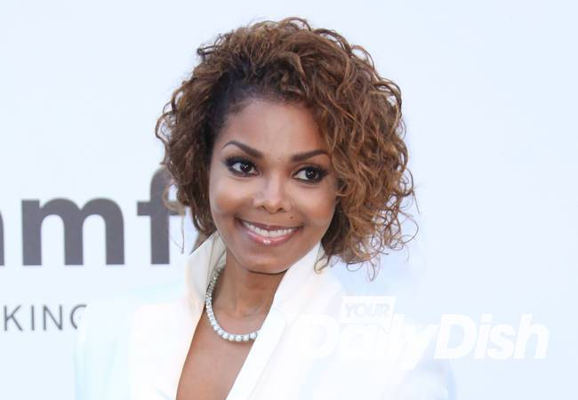 Janet Jackson delays tour to start family