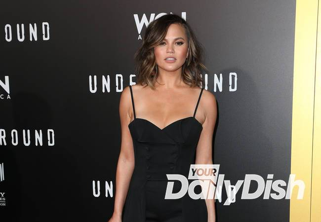 Chrissy Teigen pays for woman